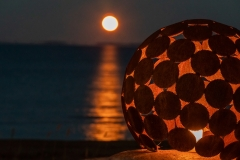 Rostig klot med ljus och månen, foto av Peter Wibjörk