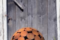 rostig klot framför dörr, foto Torbjörn Skogedal