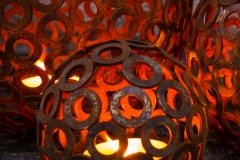 Rostig klot av brickor med ljus i foto av Peter Wibjörk